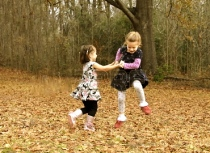14566276-due-amici-di-danza-di-gioia-in-autunno-lascia-in-arkansas-essi-si-tengono-per-mano-e-saltare-alto-e-